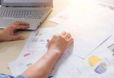 Cartas, gráficos e caderno de papel financeiros na tabela Foto de Stock