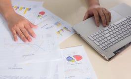 Cartas, gráficos e caderno de papel financeiros na tabela Imagem de Stock