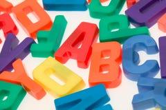 Cartas magnéticas del alfabeto en un backgr blanco Foto de archivo libre de regalías