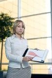 Cartas novas da mostra da mulher de negócios imagem de stock