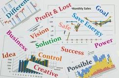 Cartas y gráficos de negocio con el mundo Fotos de archivo