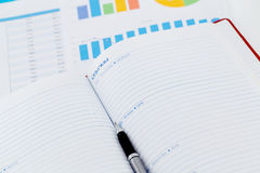 cartas y gráficos de negocio financieros, libro y nota Fotos de archivo libres de regalías