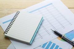 cartas y gráficos de negocio financieros, nota y pluma Imagenes de archivo