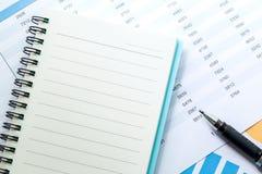 cartas y gráficos de negocio financieros, nota y pluma Imágenes de archivo libres de regalías