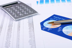 Cartas y gráficos de ventas Fotos de archivo