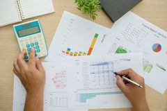 Cartas y gráficos de ventas - un símbolo del negocio corporativo acertado Imagenes de archivo
