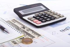 Cartas y gráficos financieros en la tabla del negocio Fotos de archivo libres de regalías