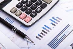 Cartas y gráficos financieros en la tabla del negocio Imágenes de archivo libres de regalías