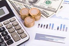 Cartas y gráficos financieros en la tabla del negocio Fotografía de archivo libre de regalías