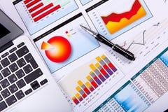 Papeles financieros en la tabla Imagen de archivo libre de regalías