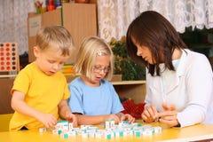 Cartas y preschoolers fotos de archivo libres de regalías