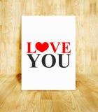 Cartaz branco com amor que você exprime na sala de madeira do parquet, Valentim Imagem de Stock