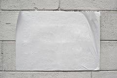 Cartaz branco vazio na parede do grunge fotos de stock