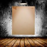 Cartaz branco vazio na sala concreta escura Foto de Stock Royalty Free
