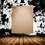 Cartaz branco vazio na sala concreta escura Imagem de Stock Royalty Free