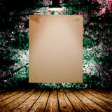 Cartaz branco vazio na sala concreta escura Imagens de Stock Royalty Free