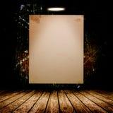 Cartaz branco vazio na sala concreta escura Fotografia de Stock