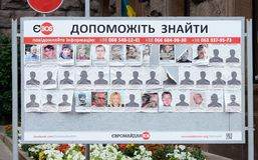 Cartaz com as fotos das pessoas desaparecidas, quadrado de Maydan, Kiev Imagem de Stock