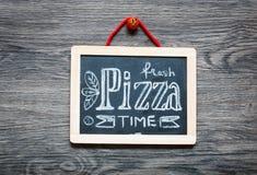 Cartaz com inscrição estilizado do giz da pizza Imagem de Stock