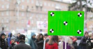 Cartaz com a tela verde na mão do ser humano na demonstração da cidade filme