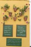 Cartaz da ardósia escrito com os restaurantes típicos do menu, decoração imagens de stock