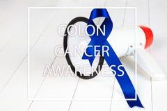Cartaz da conscientização do câncer do cólon Fita azul feita dos pontos no fundo branco Conceito MÉDICO foto de stock royalty free