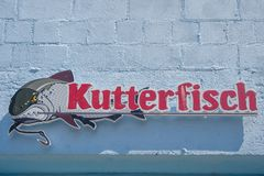 Cartaz da propaganda para o restaurante Kutterfisch em Sassnitz Fotos de Stock Royalty Free