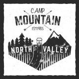 Cartaz do acampamento da montanha Sinal norte do vale com reboque do rv Projeto clássico Logotipo exterior das aventuras, cores r ilustração royalty free