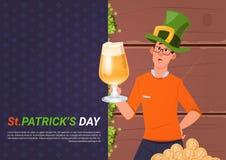 Cartaz do dia do St Patricks com o homem no chapéu verde que guarda o vidro da cerveja Foto de Stock