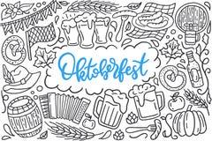 Cartaz do festival de Oktoberfest com ilustração da celebração bávara tradicional, tambor da rotulação e da garatuja da bebida Foto de Stock Royalty Free