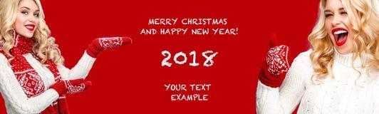 Cartaz do Natal e do ano novo Mulher loura beautyful de sorriso no fundo vermelho com espaço da cópia fotografia de stock royalty free