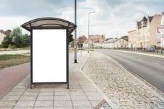 Cartaz do quadro de avisos na parada do ônibus na cidade grande fotos de stock