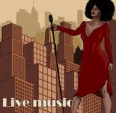 Cartaz do vintage com arquitetura da cidade, o cantor retro da mulher e a lua Vestido vermelho na mulher Microfone retro Jazz, al Fotografia de Stock