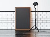 Cartaz e lâmpada pretos, parede branca rendição 3d Fotos de Stock