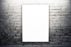 Cartaz que pendura na parede da galeria de arte imagem de stock