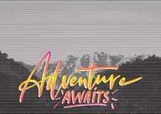 Cartaz retro do conceito do curso A aventura espera - rotulação escrita à mão, citações das férias de verão imagem de stock royalty free