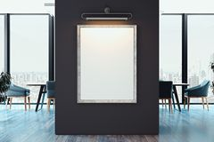 Cartaz vazio branco da lona na parede escura no escritório brilhante moderno, rendição 3d ilustração royalty free