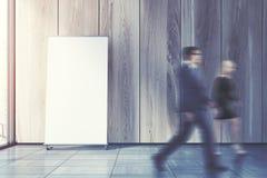 Cartaz vertical no assoalho do escritório, pessoa Fotos de Stock Royalty Free