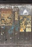 Cartazes cinematográficos japoneses retros do vintage velho na passagem subterrânea Yurakucho imagens de stock royalty free