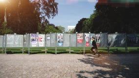 Cartazes da eleição no parque ensolarado verde vídeos de arquivo