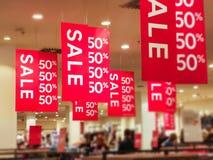 Cartazes da venda com letras brancas imagens de stock