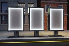 Cartazes de incandescência vazios em ruas vazias da cidade da noite Imagens de Stock Royalty Free