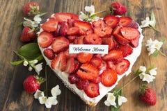 Carte à la maison bienvenue avec le gâteau au fromage de coeur avec des fraises Images libres de droits