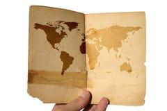 Carte âgée par fixation du monde de main Image libre de droits