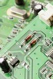 Carte électrique verte avec des puces et des transistors Images libres de droits
