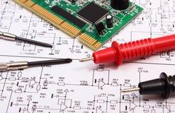 Carte électronique outils de précision et câble de multimètre sur le diagramme de l'électronique Photo libre de droits