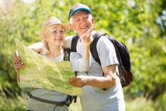 Carte aînée du relevé de couples sur la promenade de pays Images stock