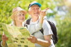 Carte aînée du relevé de couples sur la promenade de pays Photographie stock