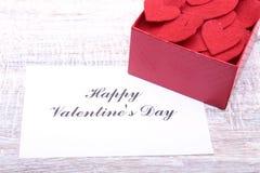 Carte actuelle vierge de Valentine sur le fond en bois Images stock