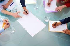 Carte aeree delle mani di lavoro di squadra di riunione d'affari Fotografia Stock